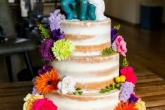 Bruidstaart-met-verse-bloemen-