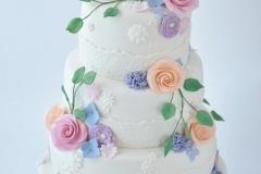 Bruidstaart-met-vrolijke-suikerbloemen-