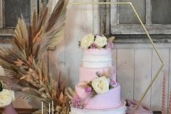 Bruidstaart-roze-met-bloemen-