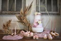 Bruidstaart-roze-met-bloemen.1