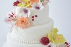 Bruidstaart wit met gekleurden bloemen