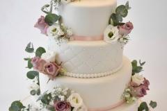 Bruidstaart-wit-met-roze-en-verse-bloemen-