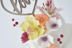 Detail bruidstaart met gekleurde bloemen